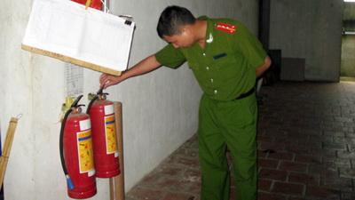 Cán bộ PCCC kiểm tra bình chữa cháy